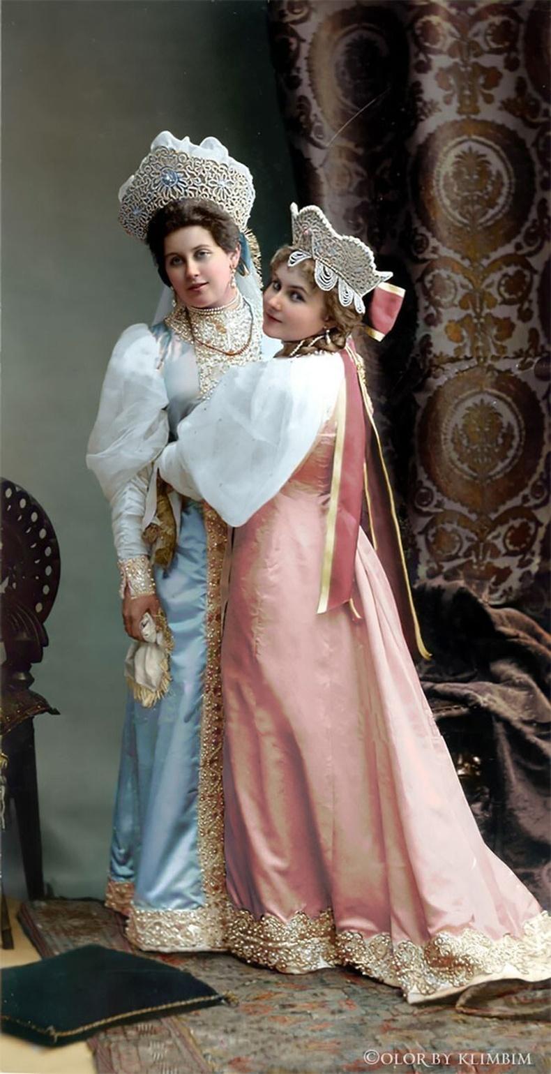 Анна Танеева эгч дүүс