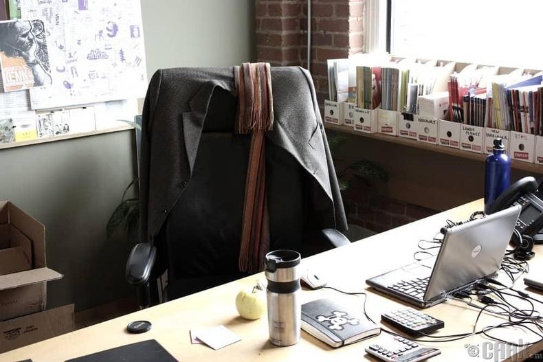 Хувцас хунараа ширээ болон сандлан дээрээ тохож тавих