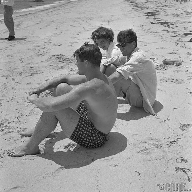 Жаки Кеннеди (Jackie Kennedy) болон Жон Кеннеди (John F. Kennedy) нар далайн эрэг дээр амарч байна