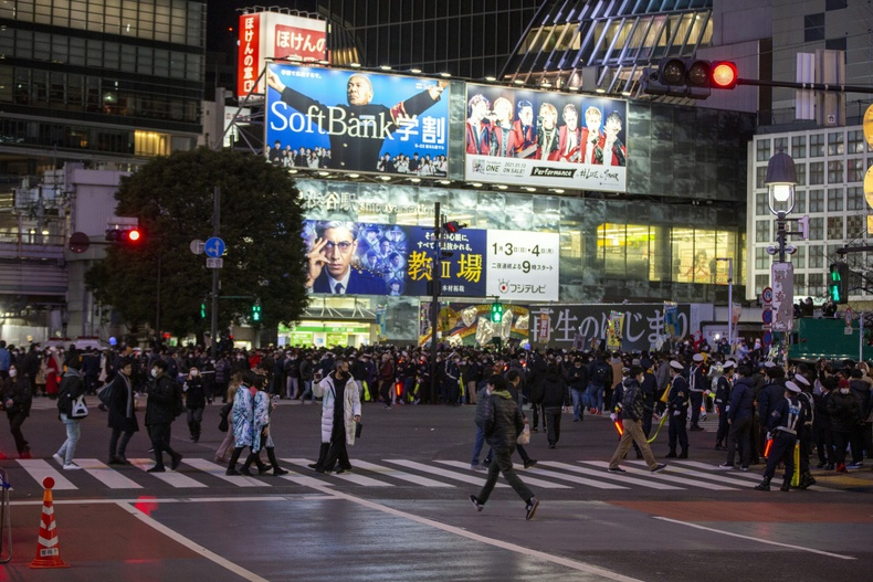 Хөл хөдөлгөөнийг цагдаа нар хянаж байгаа нь - Токио, Япон