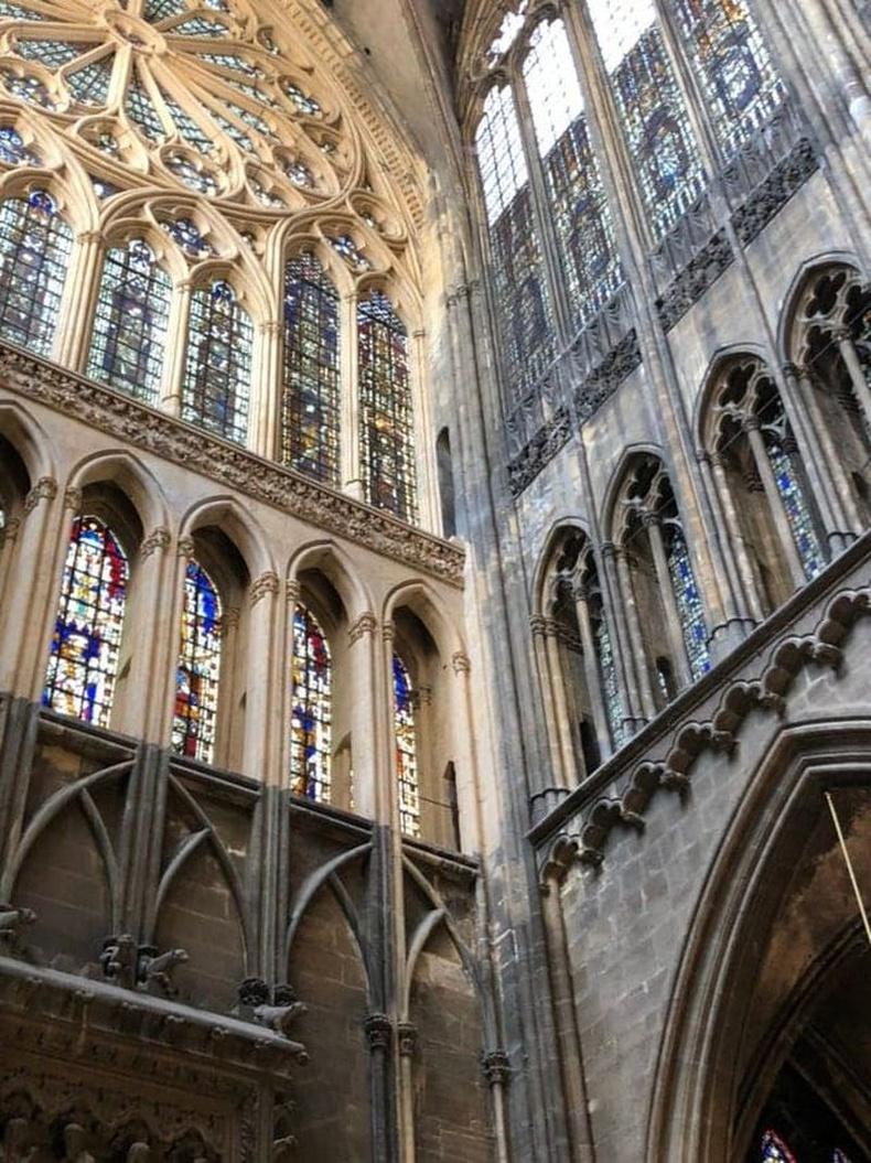 Францын Метц хотын Гэгээн Стефаны сүм доторх лааны тортгийг цэвэрлэжээ.