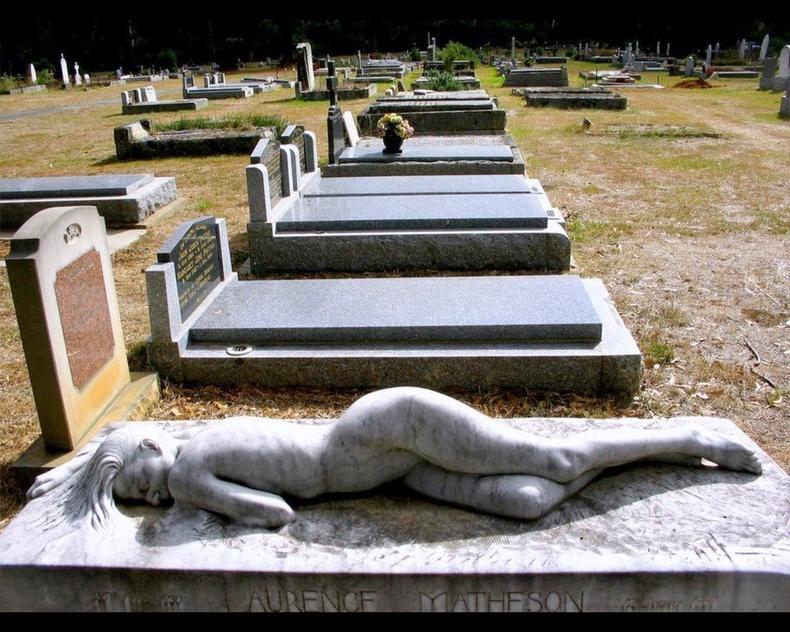 Нас барсан нөхрөө ганцаардуулахгүйн тулд эхнэр нь өөрийнхөө баримлыг булшин дээр байрлуулжээ