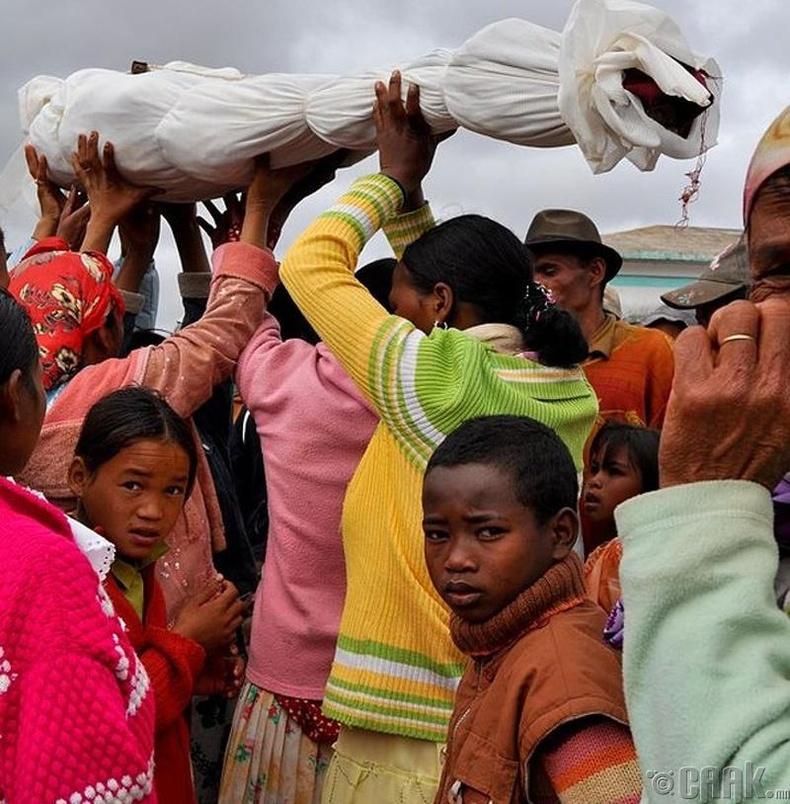Мадагаскарын иргэд нас барагсадтай бүжиглэдэг