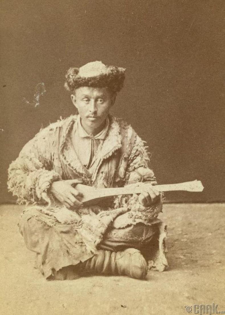 Домбр тоглож буй Казах эрэгтэй