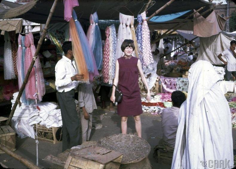 Доктор Подличийн охин Жан Подлич Исталиф хотын дэлгүүрээр хэсэж байгаа нь
