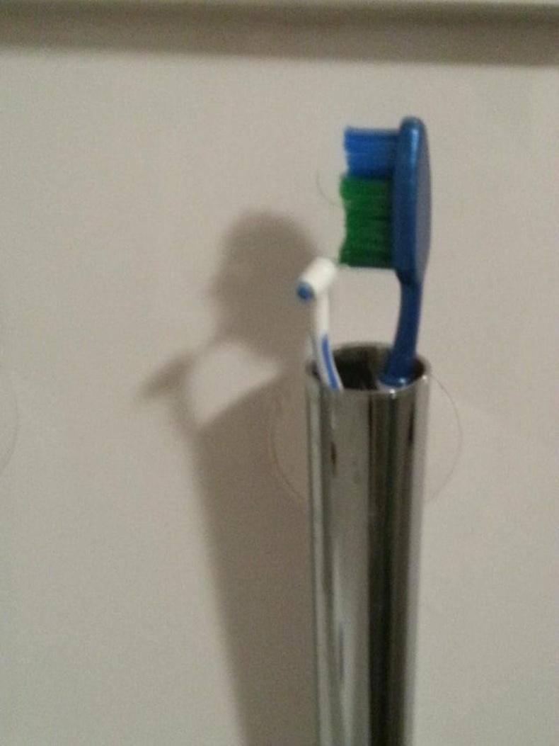 Шүдний сойзын сүүдэр мэдээж шүдээ угааж буй хүн...