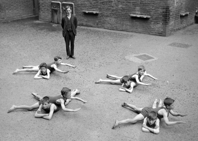 Сургуулийн талбайд усан сэлэлтийн хичээл орж буй нь. Англи, 1920-иод он