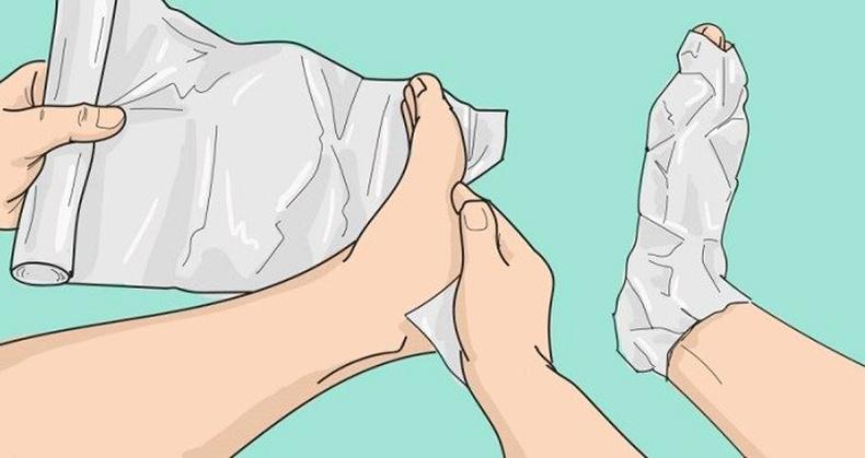 Хөлөө тугалган цаасаар ороогоод нэг цагийн дараа юу болохыг хараарай!