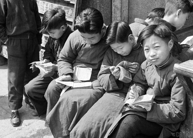 Шанхайн гудамжинд ном уншиж буй хүүхдүүд,  1949 оны 5 сар