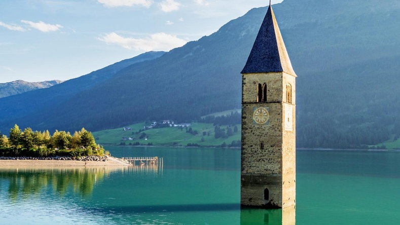 """Италийн """"живсэн"""" тосгон 70 жилийн дараа усны ёроолоос гарч иржээ"""