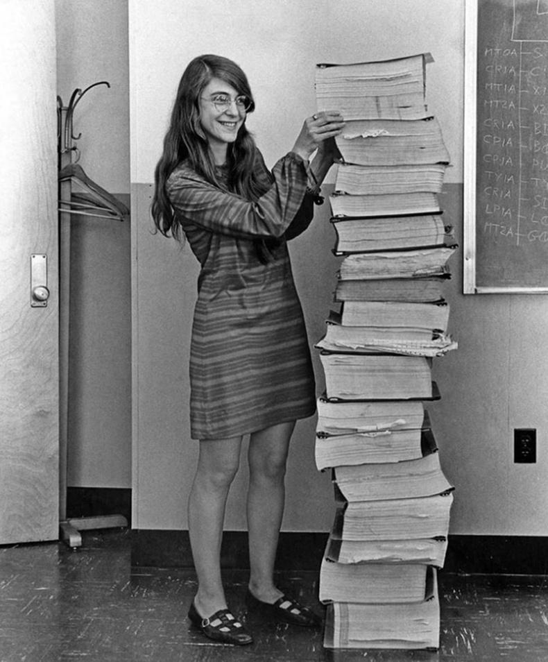"""Сар руу нисэх """"Аполлон"""" төслийн Програм хангамжийн ахлах инженер Маргарет Хэмилтон болон түүний бичсэн код (1969)"""