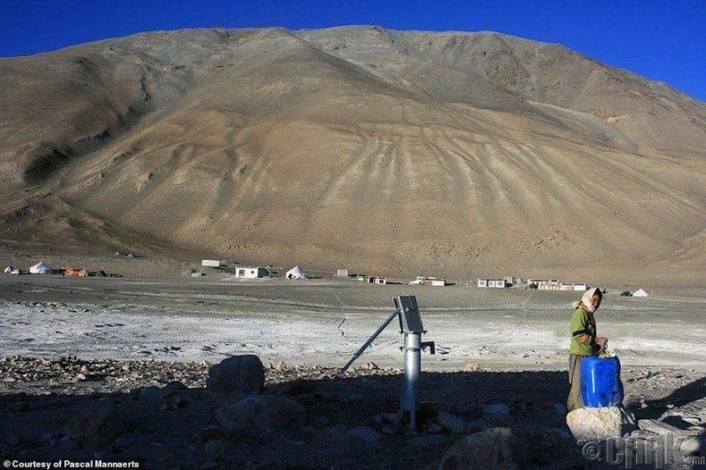 Худгаас ус авч байгаа нь, Төвдийн Бангонг Цо нуурын ойрлцоо