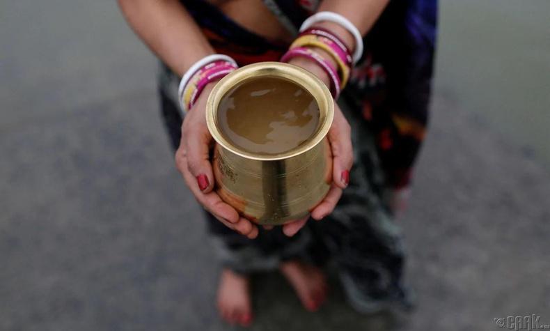 Колката дахь нэгэн сүсэгтний мөрнөөс авсан ус