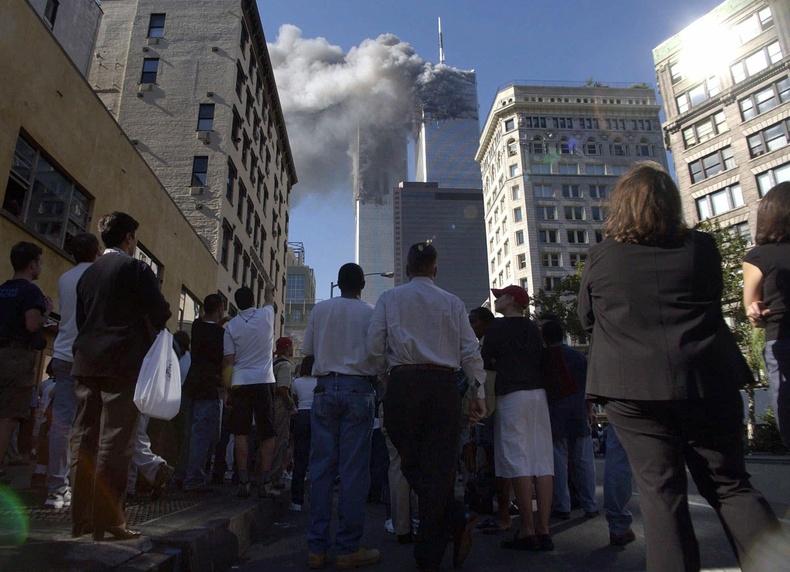 Тэр үед доод Манхэттэнд байсан иргэд ихэр цамхагаас суунаглах их утааг харж байгаа нь