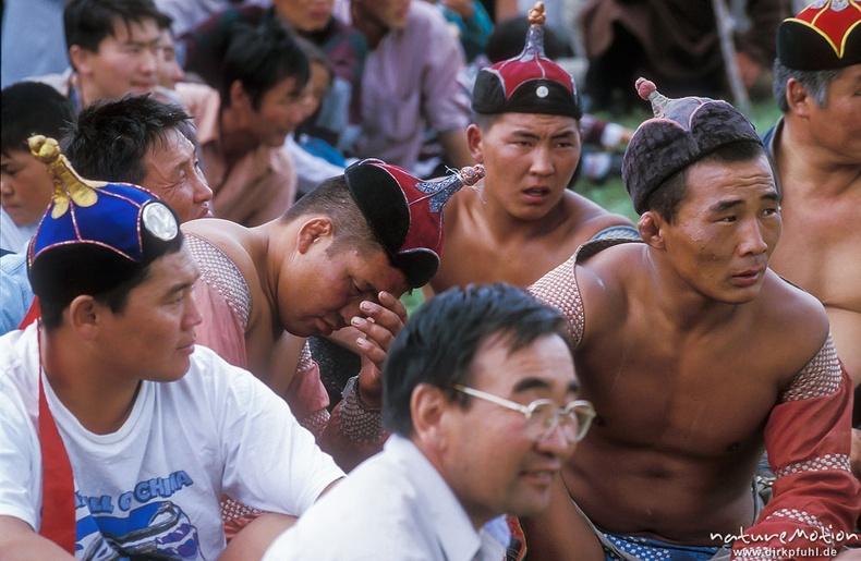 Наадамд барилдах залуу бөхчүүд, Улаанбаатар