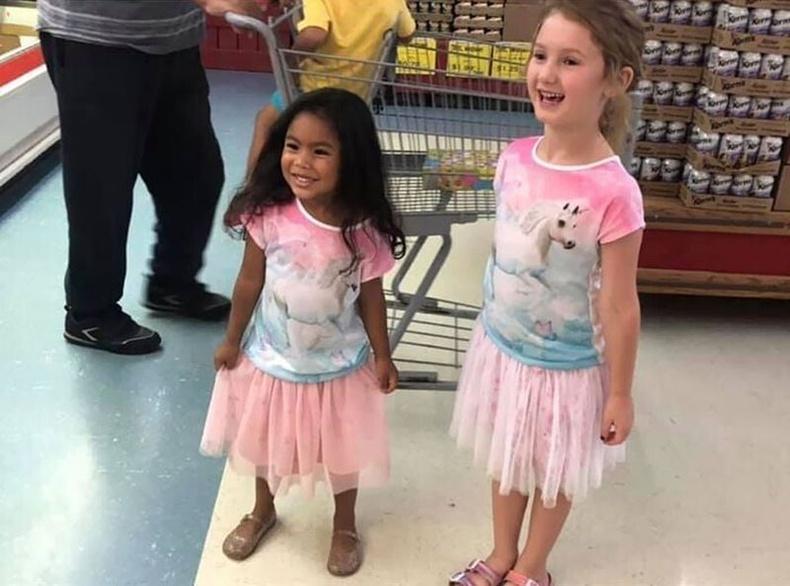 Дэлгүүрт таарсан охид өрөөсөн ихрээ оллоо гэж баярлаж байгаа нь