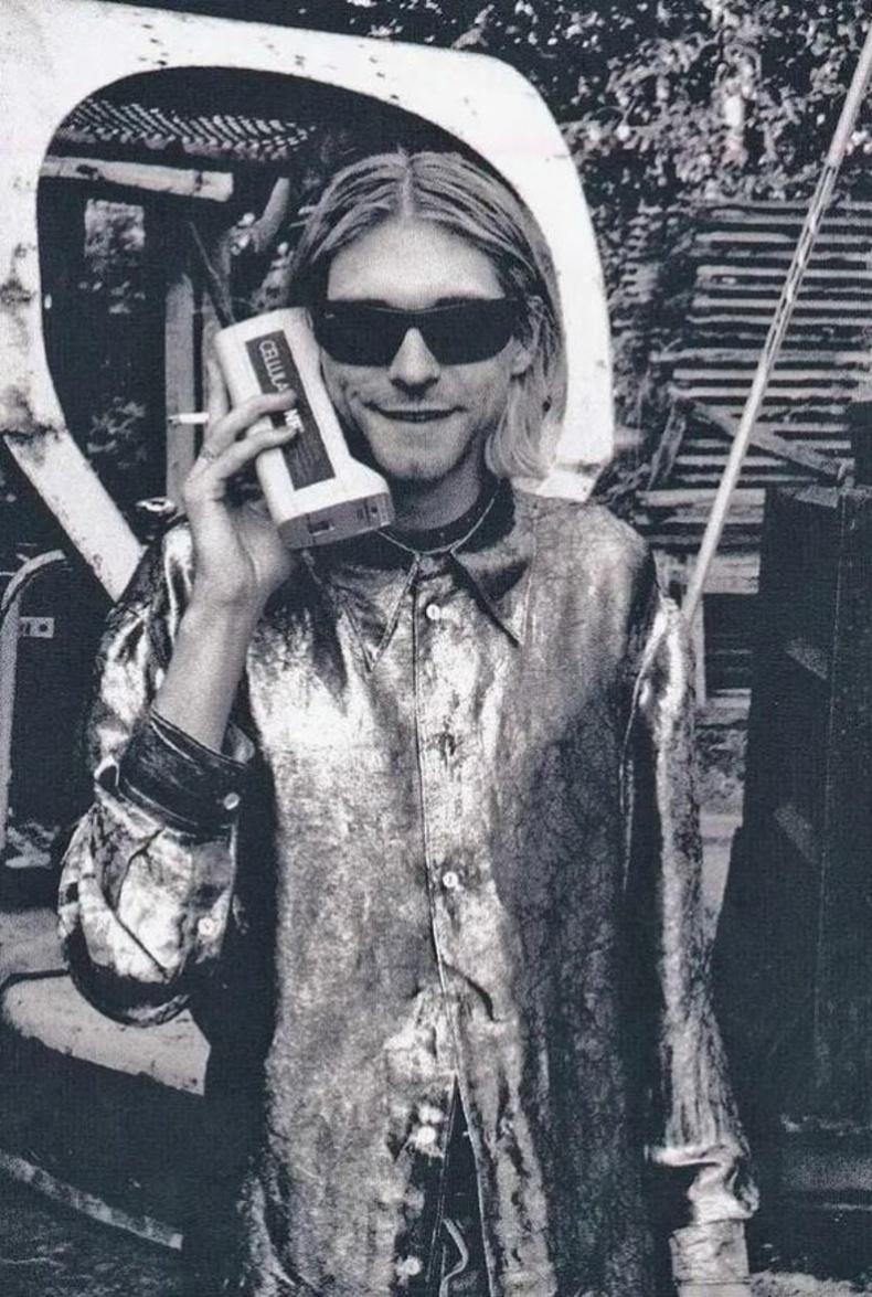 Курт Кобейн гар утсаар ярьж байна. АНУ. 80-аад он