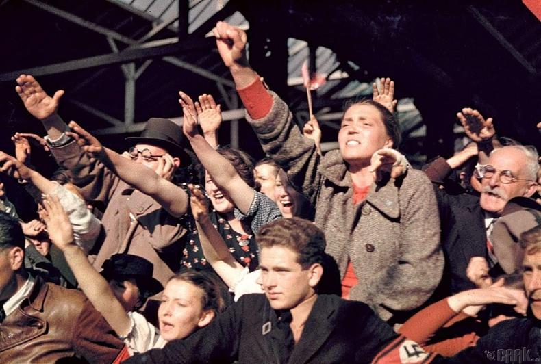 Австрийг Германтай нэгтгэсний дараа Адольф Гитлерийг угтаж байгаа иргэд - 1938 он
