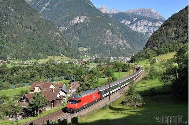 Хүмүүс галт тэрэгний цагийн хуваарийг ягштал баримталдаг