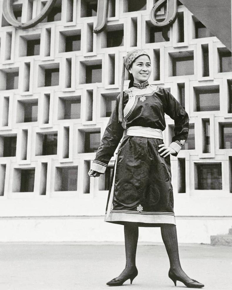 Монголын анхны моделиудын нэг Ч.Цэнд Ард кино театрын урд (1969 он)