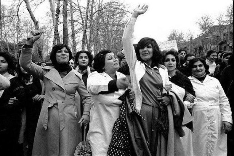 Ираны эмэгтэйчүүд битүү гивлүүр зүүх хуулийг эсэргүүцэж байна. Тегеран, Иран улс, 1979. Э