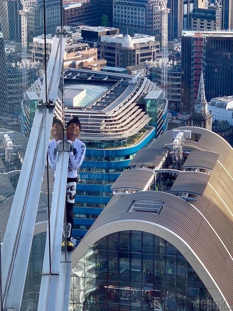 Алан Роберт хэмээх энэхүү франц эр дэлхийн өндөр барилгуудад зөвшөөрөлгүй, ямар ч даатгалгүйгээр авирдгаараа алдартай.