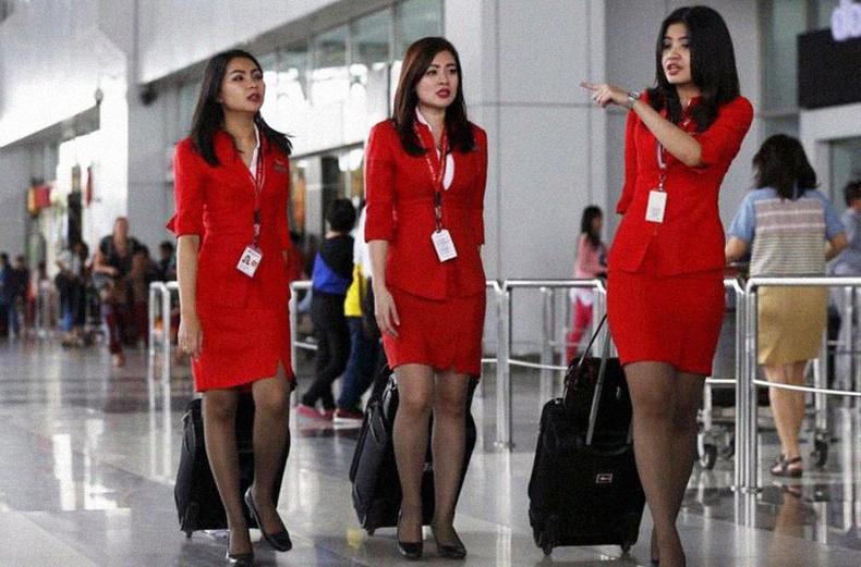 Орон орны онгоцны үйлчлэгчид ямар дүрэмт хувцсаар гангардаг вэ?
