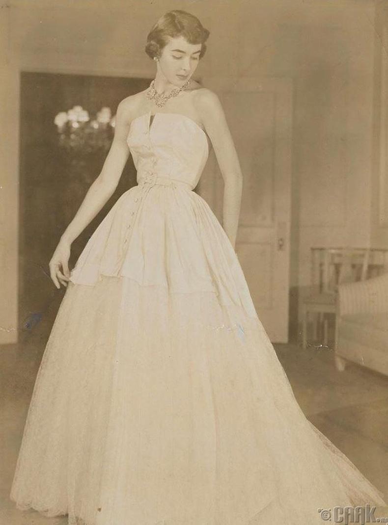 """""""Christian Dior"""" хуримын даазинзны зураг авалтад орж буй манай эмээ, 1940 он"""
