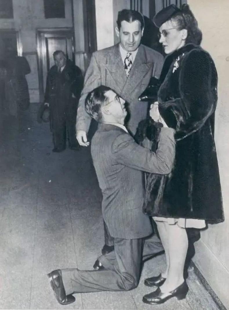 1948 он. Гэр бүл цуцлах шүүхийн гадаа. АНУ