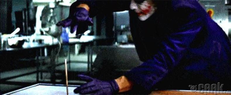 """""""The Dark Knight"""" харандаатай үзүүлбэр"""