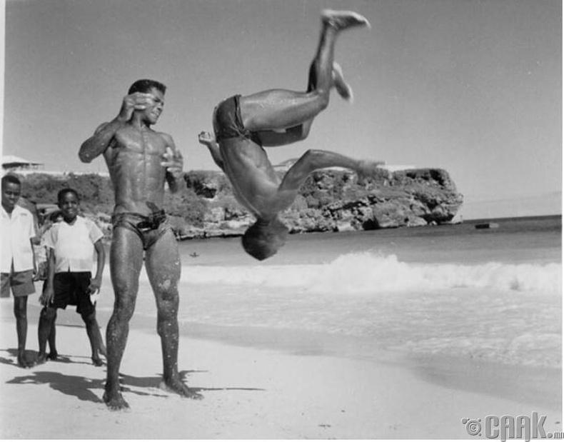 Барбадосын залуучууд нутгийнхаа зүүн өмнөд эрэг дээр акробатын дасгал хийж байна - 1955 он