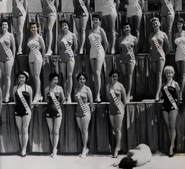 """1954 оны  """"Дэлхийн Мисс"""" тэмцээний үеэр Шинэ Зеландын оролцогч ухаан алдаж унаж буй нь"""