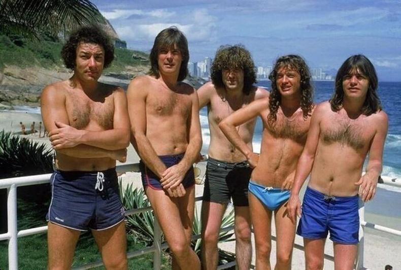 AC/DC хамтлагийнхан 1985 оны аялан тоглолтынхоо үеэр Бразилийн алдарт Ипанема наран шарлагын газарт