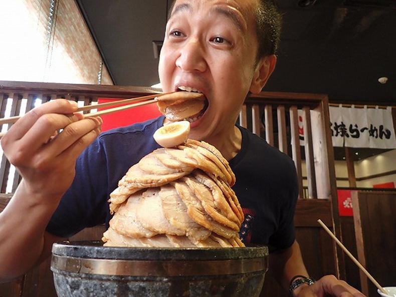 Та 100 хэрчим гахайн махтай рамен идэж чадах уу?