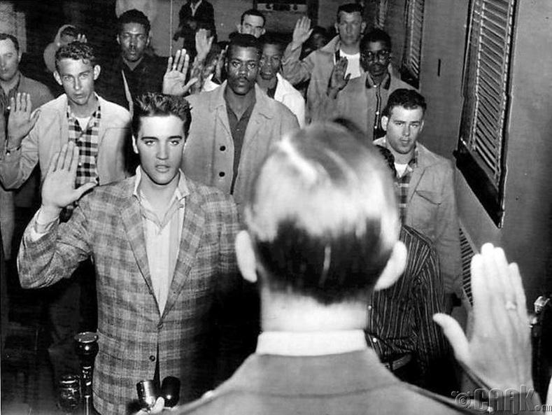Дуучин Элвис Пресли цэрэгт татагдаж байхдаа - 1958 он