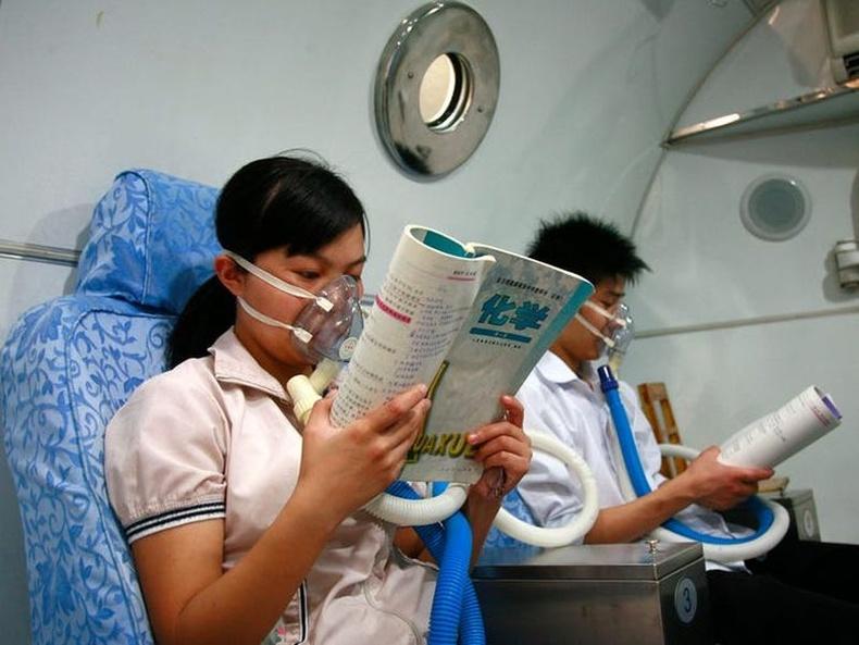 Эмнэлэгт хүчилтөрөгч залгуулах хоорондоо хичээлээ уншиж байгаа хоёр сурагч