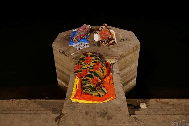 Ганга мөрний эрэг дээр унтаж буй хүмүүс - Варанаси