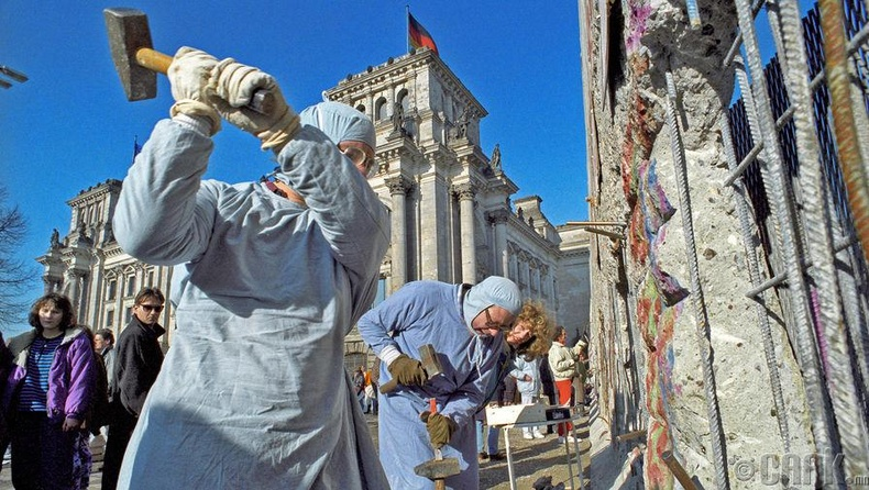 Берлины ханаас дурсгал болгон хэлтэлж авч буй хүмүүс, 1990 оны 10 сарын 21