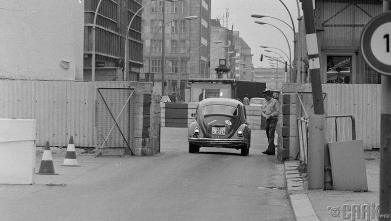 Чарли шалган нэврүүлэх цэгээр Баруун Герман руу машин нэвтэрч буй нь - 1968 оны 8-р сар.