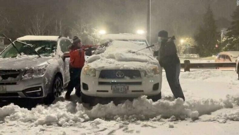Хүчтэй шуурганы дараа эмнэлгийн 80 гаруй машины цасыг цэвэрлэсэн найзууд