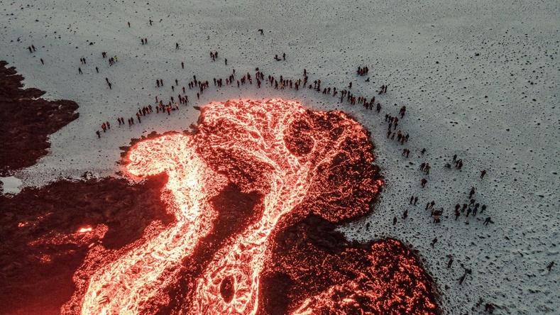 Галт уулын лаавыг сонирхохоор цугласан хүмүүс. Исланд