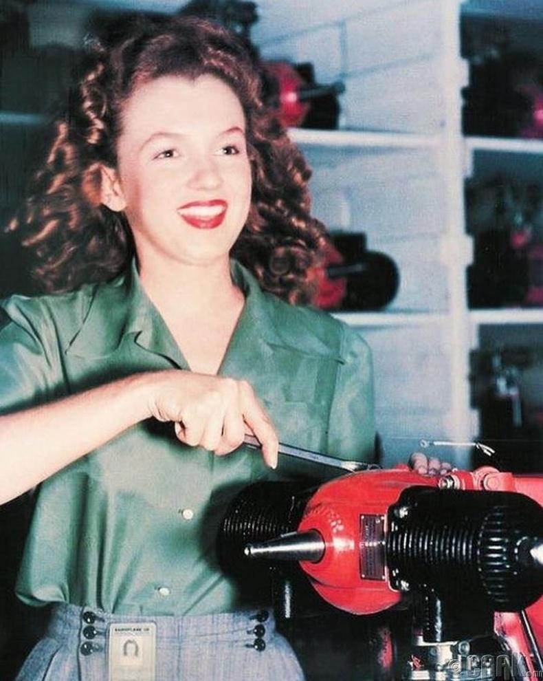 20-р зууны секс бэлэг тэмдэг Мэрилин Монро (Marilyn Monroe)-гийн үйлдвэрт ажиллаж байх үеийн зураг