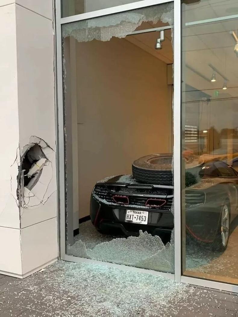 """Ачааны тэрэгнээс салсан дугуй эрчиндээ дэлгүүрийн цонх хагалж ороод """"МакЛарен""""-ыг мөргөжээ"""