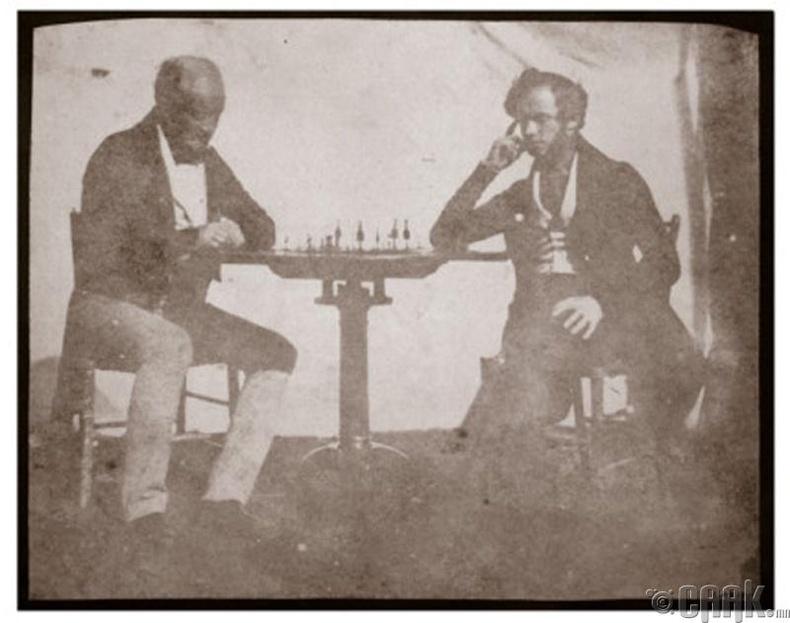 Шатар тоглож байгаа хоёр хүний анхны зураг