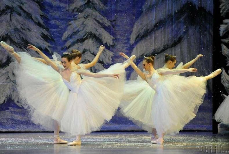 """1892 онд Орост Чайковскийн """"Цөмөөхэй"""" балет нээлтээ хийж байхад Нью Йоркийн Эллис арал дээр цагаачдыг анх хүлээн авч эхлэжээ."""