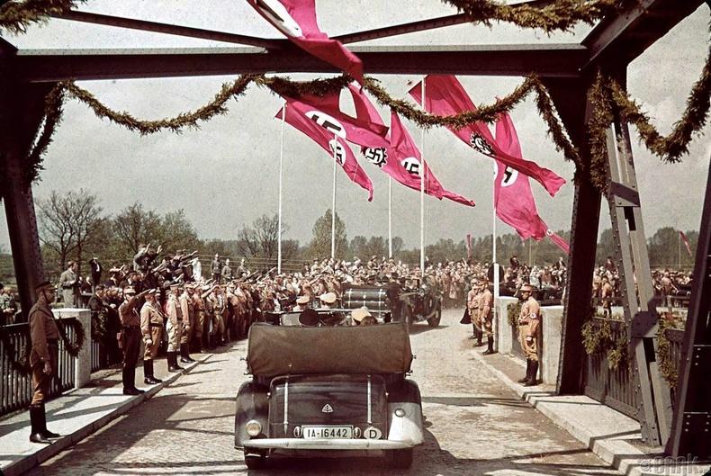 """""""Volkswagen"""" үйлдвэрийн шав тавих ёслолд ирж буй нацист намын гишүүд - 1937 он"""