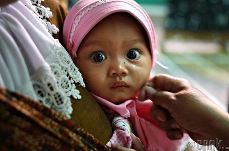 Есөн сартай охин ээлжээ хүлээж байна