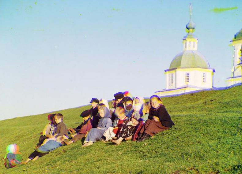 Цагаан нуурын (Белое) сүмийн өмнө сууж буй Орос хүүхдүүд - 1909