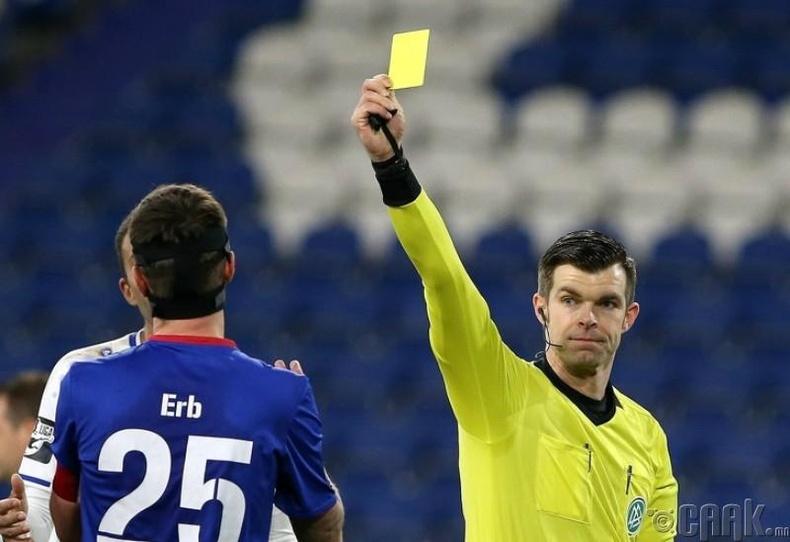 Хөл бөмбөгт яагаад улаан, шар картыг ашигладаг вэ?