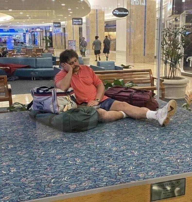 АНУ-ын Форт Лаудердэйлийн онгоцны буудал дээр байх энэхүү хүрэл хөшөөг хүмүүс жинхэнэ хүнтэй андуурч их гайхдаг гэнэ.